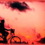 夕焼けの中自転車に乗る人