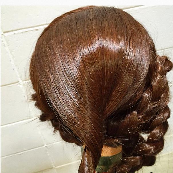 編み込みテクニックPart2/左の毛束を処理後トップの髪をとめる