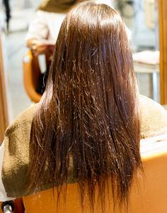 お嬢さんのビフォー、クセ毛と直毛が混じっている