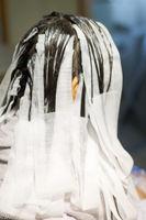 薬剤塗り分けのためペーパーで髪をワンパネルごとに独立させている