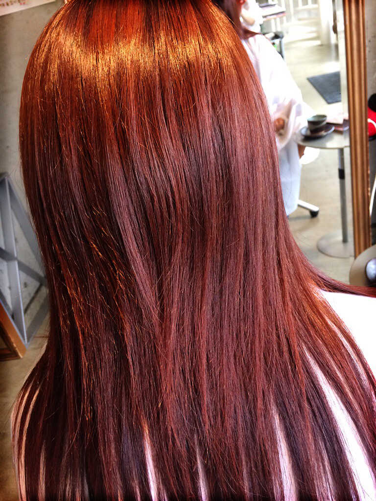 HC/塩基性カラーのレッドで染めた髪1