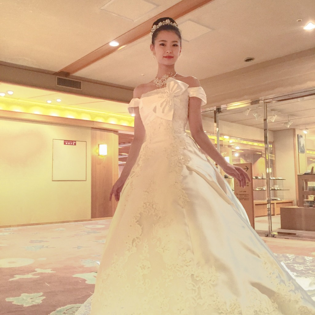 2月11日記事「オーソドックスなお衣装ヘアメイクでかっこよく」画像、花嫁ウエディングドレス