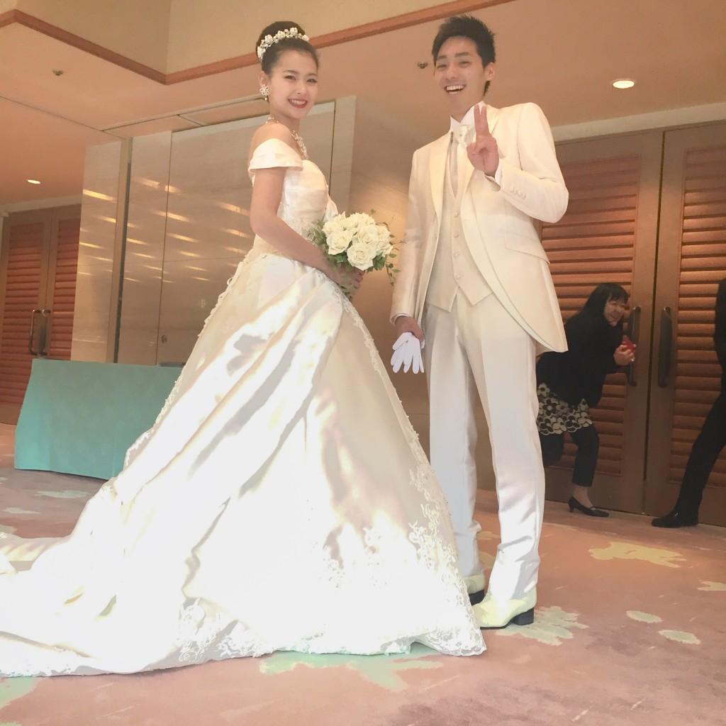 2月11日記事「オーソドックスなお衣装ヘアメイクでかっこよく」画像、花嫁上でディングドレス2