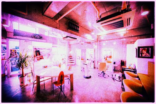 ジャムウ店内ピンク色加工した写真