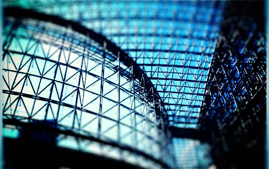 青色加工した鉄骨の建物