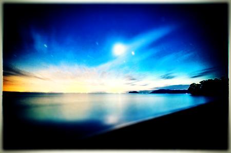 青色加工した海べの夜景