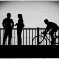 モノクロ写真自転車に乗る人