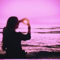 ピンク色加工した太陽を見る女