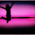 ピンク色加工したジャンプする人