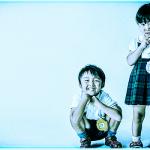 青色加工した兄妹のツーショット写真
